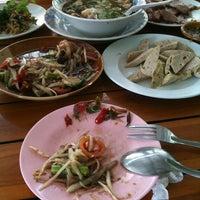 Photo taken at ส้มตำท่าเสด็จ by โดมคุง .. on 9/22/2012