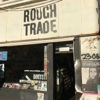 Das Foto wurde bei Rough Trade Records (West) von softtempo am 12/3/2016 aufgenommen