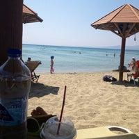 Photo taken at Παραλία Δελφίνι by Eleni👑 S. on 8/14/2013