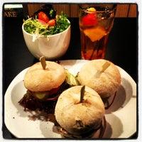 Photo prise au Ellis Gourmet Burger par JT le10/16/2012