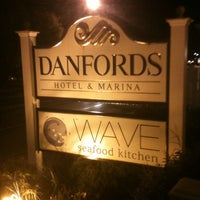 Foto scattata a Wave Seafood Kitchen da Kelly M. il 9/30/2012
