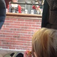 Foto tomada en Grindhaus Cafe por Caryn P. el 10/20/2015