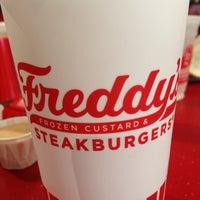 Foto tirada no(a) Freddy's Frozen Custard & Steakburgers por Sally J. em 7/21/2014