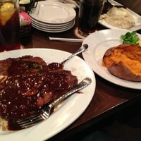 Photo taken at LongHorn Steakhouse by Adrián F. on 2/25/2013