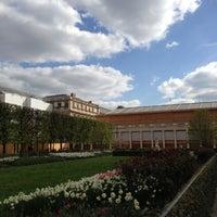 Foto tirada no(a) Jardin du Palais Royal por Mike em 4/22/2013