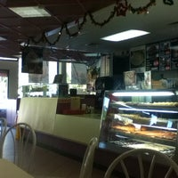 Photo taken at Winchell's DONUT HOUSE by Edel M. on 12/10/2012