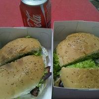 Foto tirada no(a) Geniu's Burger por Reginaldo G. em 5/30/2013