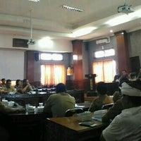 Photo taken at Meeting Room Bappeda Gianyar by Mintarni on 1/23/2017