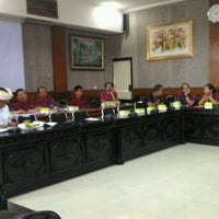 Photo taken at Meeting Room Bappeda Gianyar by Mintarni on 1/19/2017