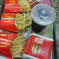 Foto tirada no(a) McDonald's por Daniel V. em 4/16/2013