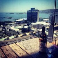 Снимок сделан в SKY Bar & Lounge пользователем Ayşin Ş. 6/30/2013