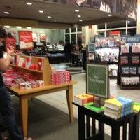 Foto tirada no(a) Barnes & Noble por Mujdat G. em 2/10/2013