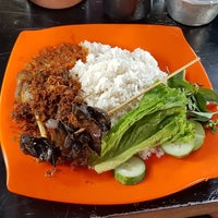 Photo taken at Nasi Bebek Rasela by V-L!X . on 8/4/2017