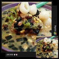 Photo taken at 红厨槟城炒 Top Kitchen by Yin P. on 7/21/2014