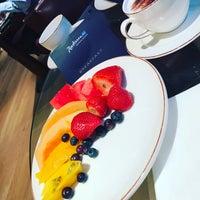 Photo taken at Radisson Blu Edwardian Berkshire Hotel by Ira B. on 4/11/2017