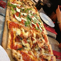 Foto tomada en Napoletani D.O.C. Restaurant & Pizzeria por Nuria G. el 8/1/2013