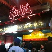 Foto scattata a Rudy's Country Store & Bar-B-Q da Erin Z. il 5/7/2013