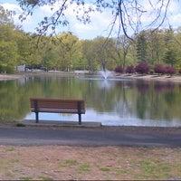 Foto scattata a Ridgewood Duck Pond da B n H il 5/6/2013