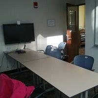 Das Foto wurde bei MIT Dewey Library (E53-100) von Ye Z. am 10/11/2012 aufgenommen