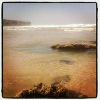 Foto tirada no(a) Praia da Amoreira por Ксения К. em 4/17/2013