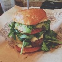 Foto scattata a Bareburger da Mark Nowell il 3/20/2013
