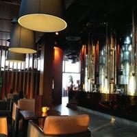 Das Foto wurde bei LeVeL 33 Craft-Brewery Restaurant & Lounge von Linda L. am 10/28/2012 aufgenommen