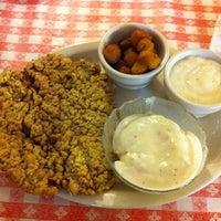 Foto tirada no(a) Mel's Country Cafe por PF D. em 12/16/2012