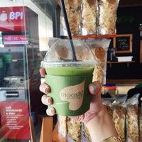 Photo taken at Mooshi Green Smoothie + Juice Bar by Tará on 5/9/2016