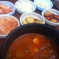 Das Foto wurde bei Juki - Korean BBQ and Soju Bar von Hie-suk Y. am 8/11/2013 aufgenommen