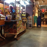 Photo taken at Zaidi Oblong Burger by Din A. on 4/16/2014