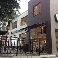Foto tirada no(a) Starbucks por Eric A. em 7/25/2013
