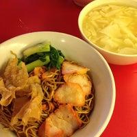 Photo taken at Pontian Wanton Noodles (笨珍云吞面) by Edwin T. on 10/16/2012
