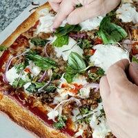Foto tirada no(a) Rizzo's Fine Pizza por Neil A. em 2/28/2015