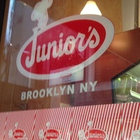 Foto tomada en Junior's Restaurant & Bakery por Bob ボ. el 3/23/2013