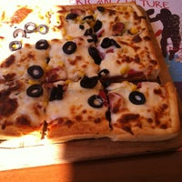 Photo taken at Kare Pizza by Gizem Noyan on 10/14/2012