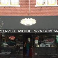 Das Foto wurde bei Greenville Avenue Pizza Company von j w. am 3/30/2013 aufgenommen
