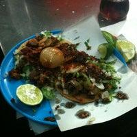 Foto tomada en Tacos Beto por Dare M. el 5/25/2013