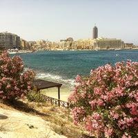 Photo prise au Gardens Sliema Sea Front par Olga B. le5/19/2013
