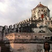 Das Foto wurde bei Phra Sumen Fort von Tuk-Tik K. am 12/9/2012 aufgenommen
