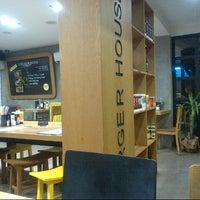 2/21/2013 tarihinde Gulten B.ziyaretçi tarafından Burger House'de çekilen fotoğraf