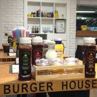 3/13/2013 tarihinde Gulten B.ziyaretçi tarafından Burger House'de çekilen fotoğraf