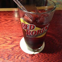 Photo taken at Red Robin Gourmet Burgers by Luiz Jacinto G. on 5/11/2013