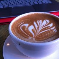 Foto tomada en Little Amps Coffee Roasters por Sara B. el 2/5/2013