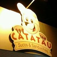 Photo taken at Catatau Sucos e Sanduiches by Juliano F. on 12/8/2012