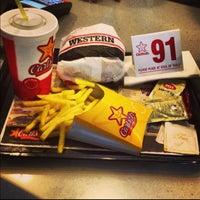 5/11/2013 tarihinde Mr.White✌ziyaretçi tarafından Carl's Jr.'de çekilen fotoğraf