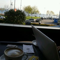 รูปภาพถ่ายที่ Caffè Nero โดย Ayçin B. เมื่อ 4/19/2013