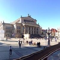 Foto tirada no(a) Gendarmenmarkt por Alex T. em 10/3/2013