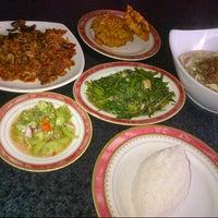 Foto tomada en Restoran Ikan Tude Manado por davis r. el 11/18/2012