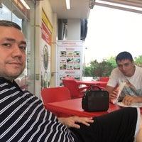 Photo taken at KOMAGENE ETSİZ ÇİĞ KÖFTE by Haldun Ç. on 8/13/2016