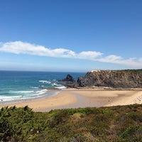 Foto tirada no(a) Praia de Odeceixe por Peter L. em 7/26/2013